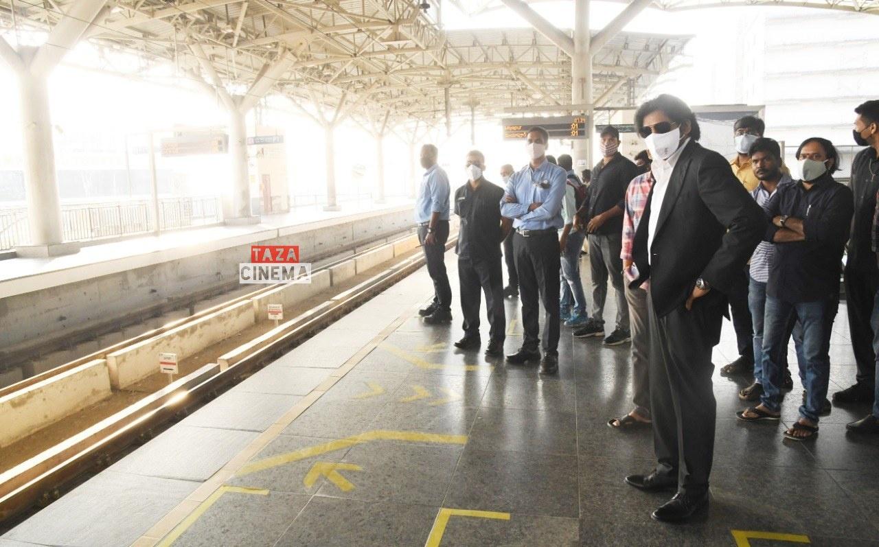 Pawan-Kalyan-Travels-in-Hyderabad-Metro-For-Vakeel-Saab-Shoot-12