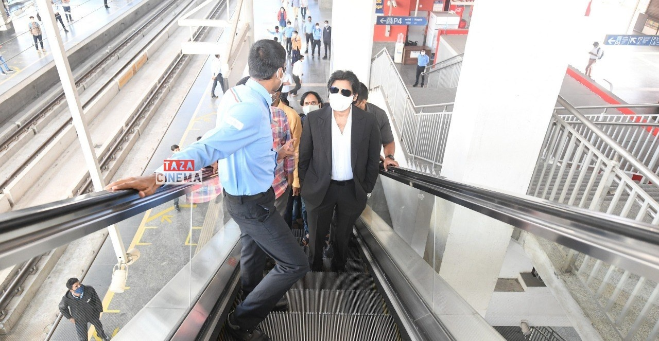 Pawan-Kalyan-Travels-in-Hyderabad-Metro-For-Vakeel-Saab-Shoot-9